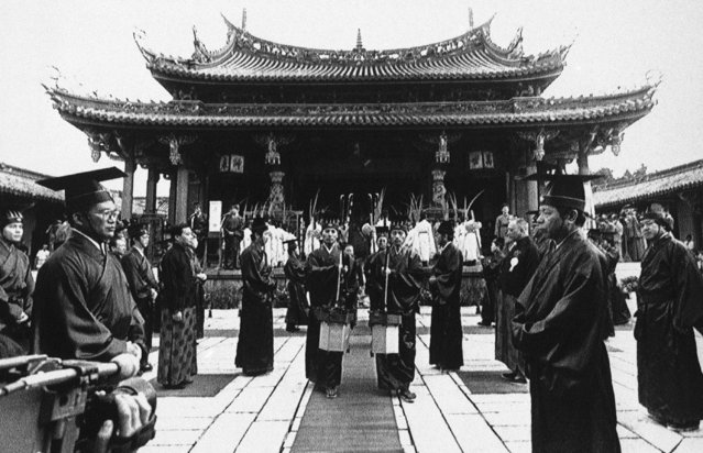 Followers of the ancient Chinese sage Confucius, wearing traditional Chinese gowns at a ceremony at a downtown Taipei temple, Taiwan, September 28, 1986 to commemorate his 2,536th birthday, which is celebrated here as teacher's day, similar ceremonies were held in other temples in Taiwan. (Photo by AP Photo)