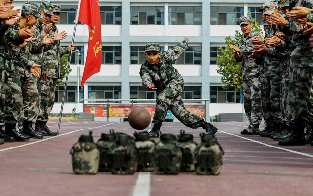 """Soldiers of Chinese People's Liberation Army """"bowl"""" during China's seven-day National Day holiday in Jinan, Shandong province, on October 3, 2013. (Photo by China Daily)"""