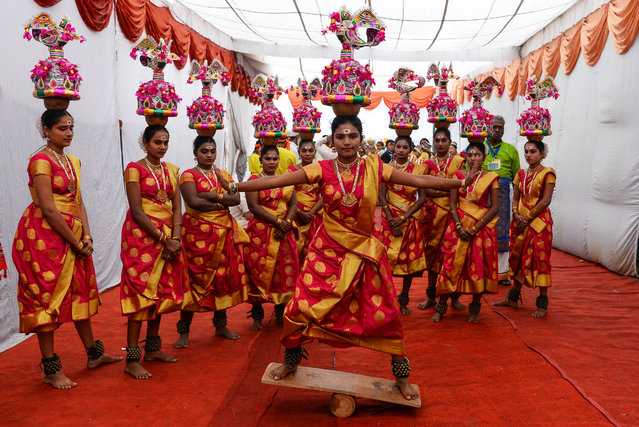 Traditional dancers from southern state Tamil Nadu prepare themselves as they wait to perform during a press preview of displays being featured for the upcoming Republic Day parade in New Delhi on January 22, 2019. The Republic Day is an annual showcase of India's military hardware and cultural diversity. India celebrates its 70th Republic Day on January 26. (Photo by Sajjad Hussain/AFP Photo)
