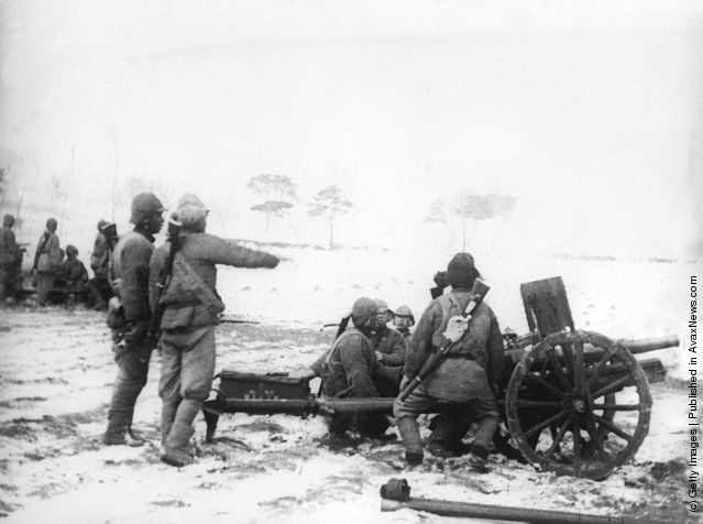 1938: Chinese artillery in action against the Japanese during the battle for Shantung