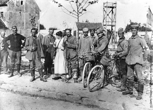 1915: German prisoners from the battle of Marne are held by the French Red Cross