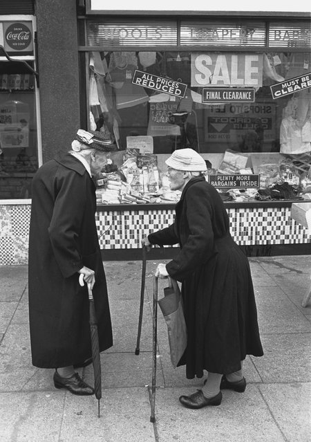 Two elderly ladies chatting in the East End of London, 1960s. (Photo by Steve Lewis/Getty Images)