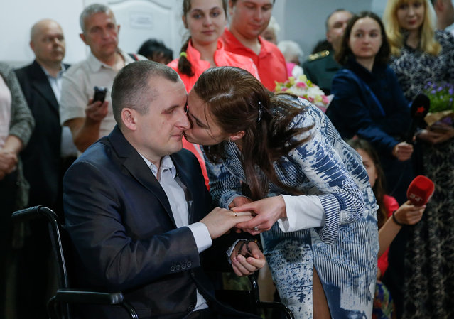 Wounded Ukrainian officer Alexander Darmoros (L) kisses his bride Elena (R), during their wedding in the central military hospital in Kiev, Ukraine, 05 May 2015. Alexander was wounded during fighting with pro-Russian militants on the East Ukraine. He lost his vision and foot in result of a trip-wire mine accident. (Photo by Sergey Dolzhenko/EPA)
