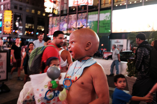 A street performer works for tips in Times Square on August 19, 2015 in New York City. (Photo by Spencer Platt/Getty Images)