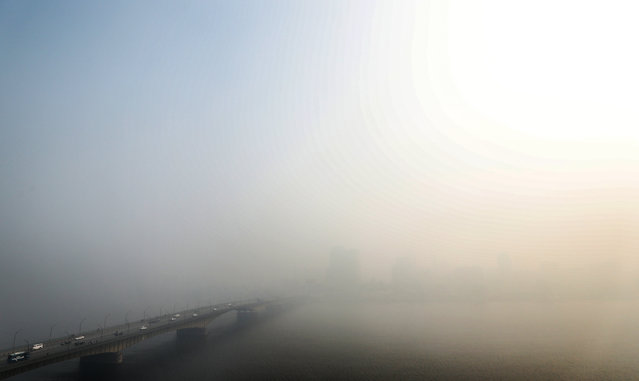 Heavy fog covers a bridge spanning the Nile river in the Egyptian capital Cairo on December 23, 2019. (Photo by Mohamed el-Shahed/AFP Photo)