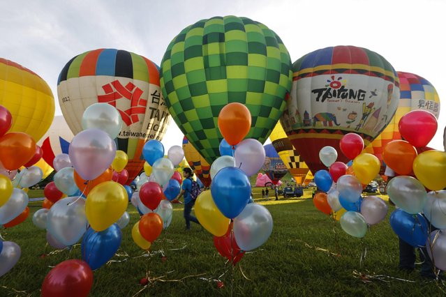 Spectators view hot air balloons during the 2016 International Hot Air Balloon Festival in Taitung, southeast of Taiwan, 01 July 2016. (Photo by Ritchie B. Tongo/EPA)