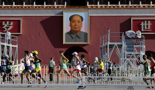 Runners pass under the portrait of China's late Chairman Mao Zedong during the men's marathon at the 15th IAAF World Championships in Beijing, China August 22, 2015. (Photo by Jason Lee/Reuters)