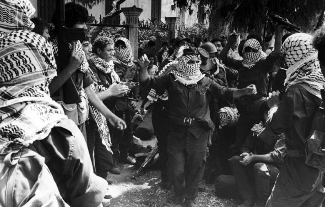 A group of Palestinians gather and dance together in West Beirut, on August 26, 1982, as they await their evacuation from Lebanon. It is the sixth day of the evacuation of the PLO overseen by the multi-national forces of America, Italy and France. (Photo by AP Photo/Rawas)