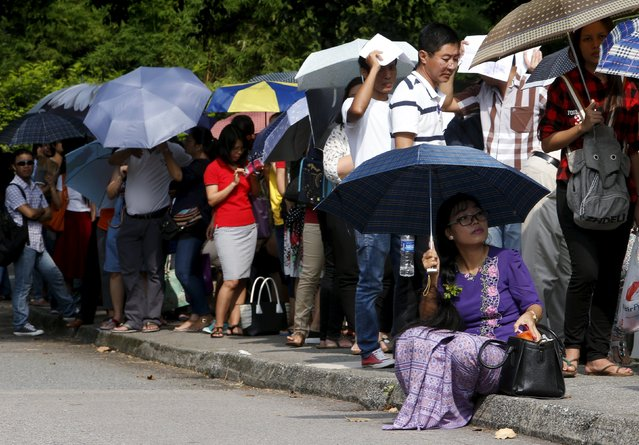 Myanmar nationals queue to cast their votes outside the Myanmar embassy in Singapore, October 15, 2015. (Photo by Edgar Su/Reuters)
