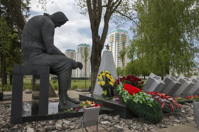 A memorial dedicated to 11 Soviet soldiers killed during the World War Two is seen in Minsk, May 5, 2015. (Photo by Vasily Fedosenko/Reuters)
