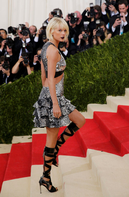 """Singer-Songwriter Taylor Swift arrives at the Metropolitan Museum of Art Costume Institute Gala (Met Gala) to celebrate the opening of """"Manus x Machina: Fashion in an Age of Technology"""" in the Manhattan borough of New York, May 2, 2016. (Photo by Eduardo Munoz/Reuters)"""