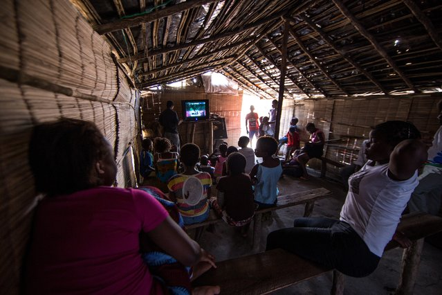 """The only part of the hotel that has electricity is the side section where residents have set up a small, makeshift """"cinema"""" – often filled with children and adults watching TV. (Photo by Fellipe Abreu/The Guardian)"""