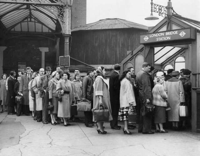 Morning communters queue to get into London Bridge Underground Station during a bus strike in 1958. (Photo by Hulton-Deutsch Collection/Corbis via Getty Images)