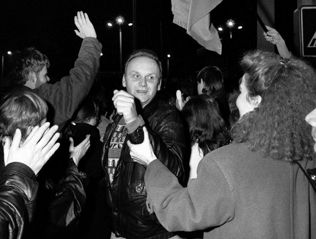 West Berliners welcome an East Berlin citizen crossing the border at the Allied checkpoint Charlie after the opening of the East German border was announced, November 9, 1989. (Photo by Reuters)