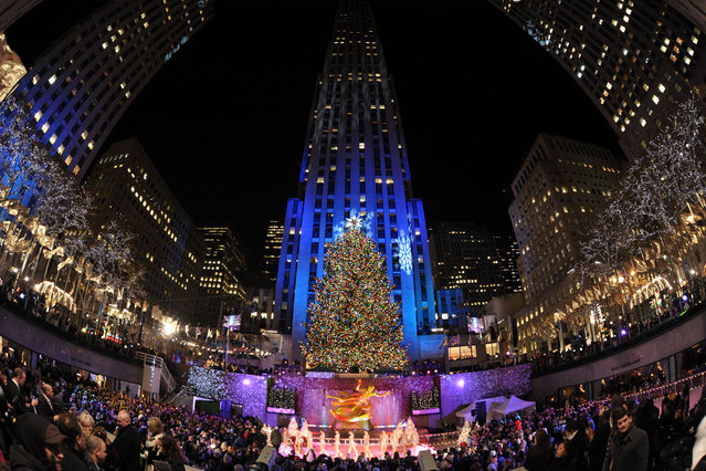A general view at the annual tree lighting ceremony and Christmas celebration at Rockefeller Center on December 3, 2008 in New York City. (Photo by Bryan Bedder/Getty Images)