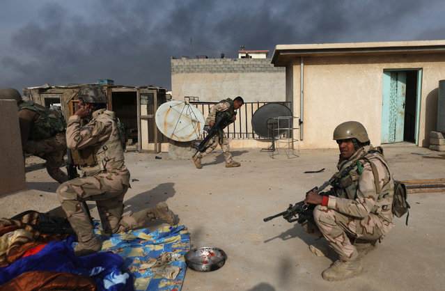 Iraqi soldiers  take cover during clashes with Islamic State fighters in Mosul, Iraq November 9, 2016. (Photo by Goran Tomasevic/Reuters)