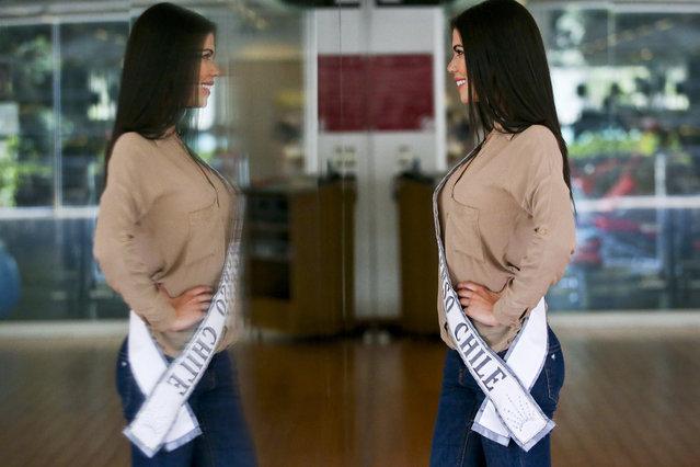 Venezuelan born Andrea Diaz, Miss Chile, poses in front of a mirror after a runway class in Santiago, Chile, Thursday, November 8, 2018. (Photo by Esteban Felix/AP Photo)