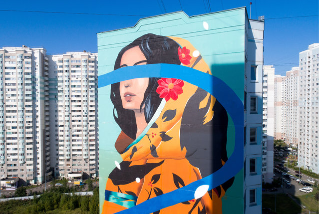 A mural on an apartment block as part of the Urban Morphogenesis street art festival in the Novaya Tryokhgorka residential neighbourhood in the town of Odintsovo in Moscow Region, Russia on September 3, 2019. (Photo by Sergei Bobylev/TASS)