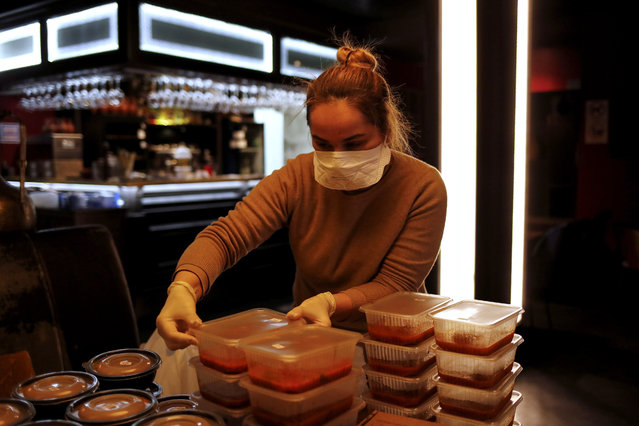 Founder of Saperavi Cafe restaurant Khatuna Kolbaya packs meals prepared for elderly people who are banned from leaving their homes because of the coronavirus disease (COVID-19) outbreak, in Moscow, Russia on April 14, 2020. (Photo by Maxim Shemetov/Reuters)