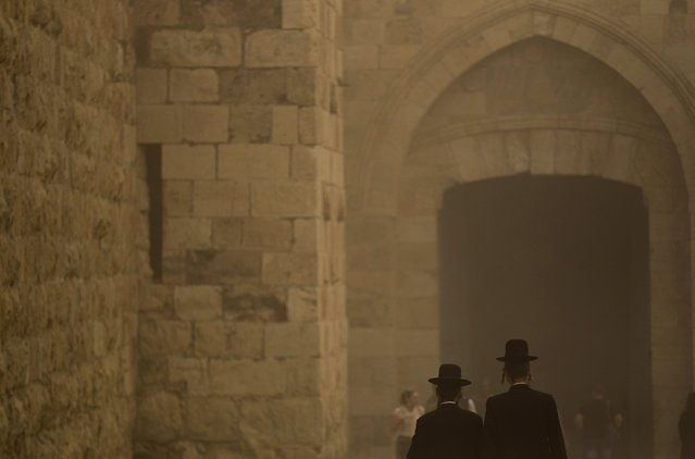 Ultra-Orthodox Jews walk towards the Jaffa Gate in Jerusalem's Old City during a sandstorm September 8, 2015. (Photo by Ronen Zvulun/Reuters)