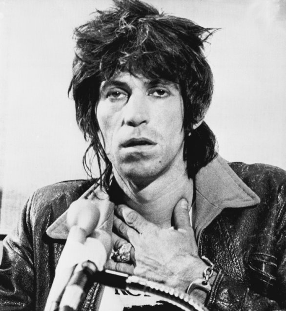 Keith Richards, guitarist for the Rolling Stones, talks to newsmen at a press conference in Toronto, Canada on Tuesday, October 24, 1978. Richards was placed on one year's probation for possessing heroin and ordered to give a benefit concert for the blind in Toronto. The 34-year-old British musician pleaded guilty on Monday to the possession charge. (Photo by Blaise Edwards/AP Photo)