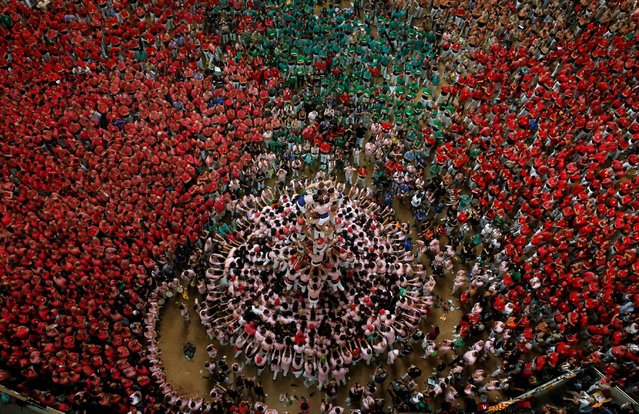 """Xiquets de Tarragona form a human tower called """"castell"""" during a biannual competition in Tarragona city, Spain, October 2, 2016. (Photo by Albert Gea/Reuters)"""