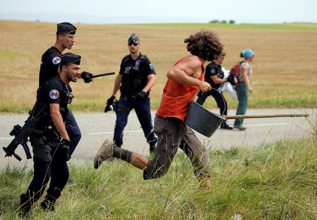 Police officers run after a protester. Local authorities said in a statement that an investigation into the incidents had been opened during a farmers' protest who attempted to block the stage' s route, during the 16 th stage of the 105 th edition of the Tour de France cycling race, between Carcassonne and Bagneres- de- Luchon, southwestern France, on July 24, 2018. (Photo by Stephane Mahe/Reuters)