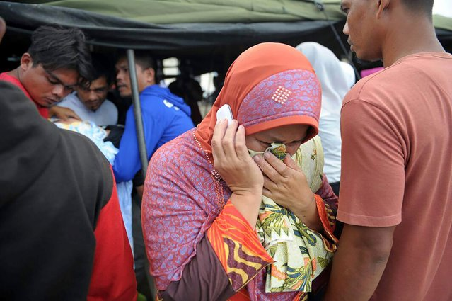 A woman grieves for her relative who died after an earthquake in Pidie Jaya, Aceh province, Indonesia, December 7, 2016. (Photo by Chaideer Mahyuddin/AFP Photo)
