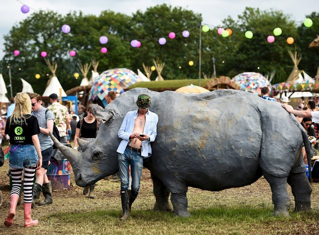 Revellers stroll at Worthy Farm in Somerset during the Glastonbury Festival in Britain, June 27, 2015. (Photo by Dylan Martinez/Reuters)
