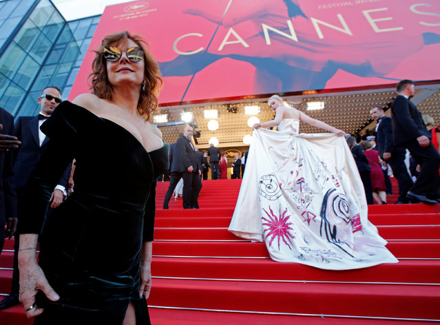 """US actress Susan Sarandon (L) and US actresses Elle Fanning pose as they arrive on May 17, 2017 for the screening of the film """"Ismael' s Ghosts"""" (Les Fantomes d' Ismael) during the opening ceremony of the 70 th edition of the Cannes Film Festival in Cannes, southern France. (Photo by Jean-Paul Pelissier/Reuters)"""