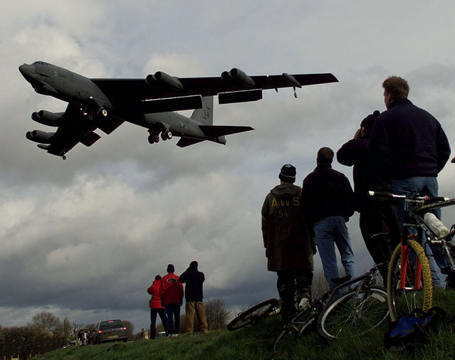 A B-52 bomber is watched by a group of curious onlookers as it lands at RAF Fairford, February 21, 1999. The B52s arrived from the U.S.A. as part of NATO's preparations for air attacks on Yugoslavia as tensions in the Kosovo crisis increased. (Photo by Dylan Martinez/Reuters)