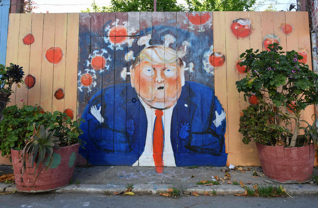 A mural painted on a fence depicts US President Donald Trump as the Coronavirus in San Francisco, California on April, 01, 2020. All 40 million residents of California were Thursday ordered to stay at home indefinitely in a bid to battle the coronavirus pandemic in the nation's most populous state. (Photo by Josh Edelson/AFP Photo)