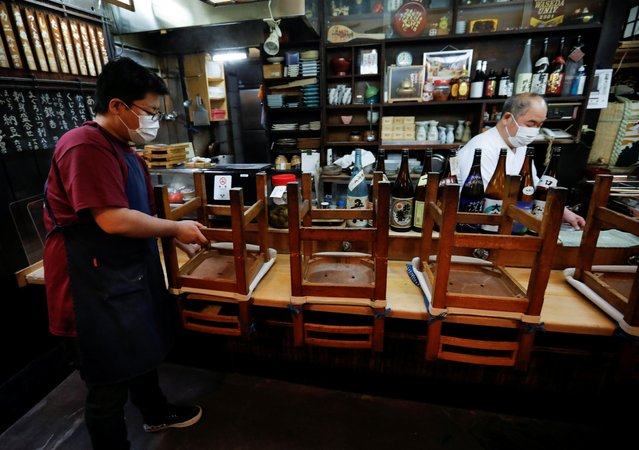 Staff members of an Izakaya, a Japanese-style dining bar, prepare to close around 20:00 local time, amid the coronavirus disease (COVID-19) outbreak, in Tokyo, Japan on February 2, 2021. (Photo by Issei Kato/Reuters)