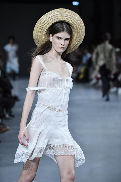 A model presents a creation from the Spring/Summer 2019 Women's collection by British designer Bill Gaytten for John Galliano fashion house during the Paris Fashion Week, in Paris, France, 30 September 2018. (Photo by Julien de Rosa/EPA/EFE)