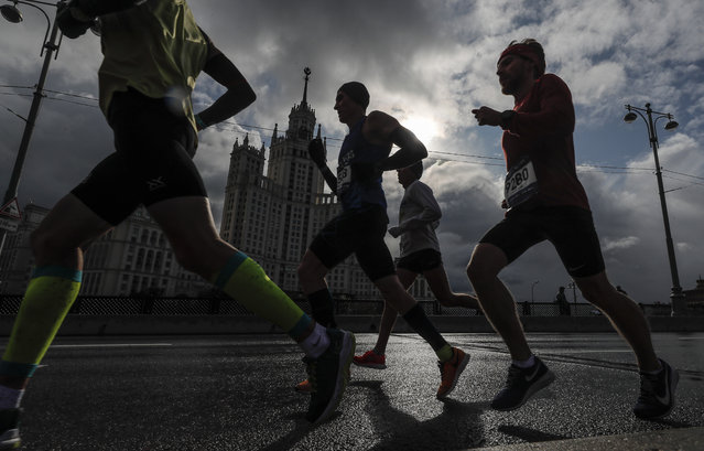 People run during the 7th Moscow Marathon  in Moscow, Russia, 22 September 2019. The Moscow Marathon, one of the largest national running events, this year gathered near 30,000 people from 85 countries to run in the classic 42,195-meter full marathon and the short 10km course. (Photo by Sergei Ilnitsky/EPA/EFE)