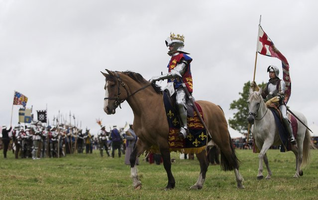 Historical re-enactor Andreas Wenzell dresses as Britain's King Richard the third during a recreation of the Battle of Bosworth during an anniversary event near Market Bosworth in central Britain, August 23, 2015. (Photo by Neil Hall/Reuters)