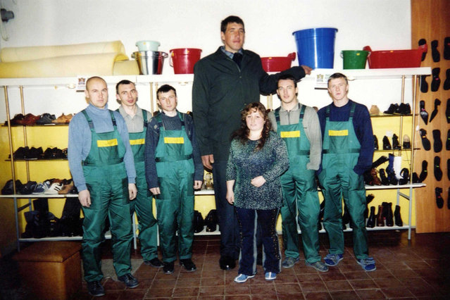 Leonid Stadnik, the tallest man in the world, 2,53m. A shoes factory in Zhitomir, Uraine, picture of Leonid with some of the workers taken around 2002. (Photo by LASKI/SIPA Press)