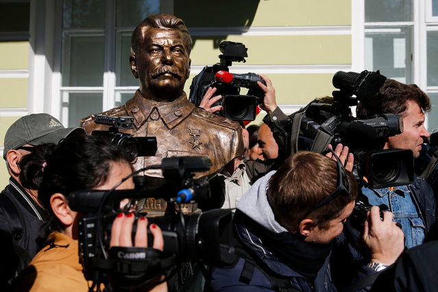 Journalists surround a bust of Soviet leader Joseph Stalin during a ceremony unveiling a series of new sculptures of former top political figures at the so- called Alley of Rulers in downtown Moscow on September 22, 2017. (Photo by Maxim Zmeyev/AFP Photo)