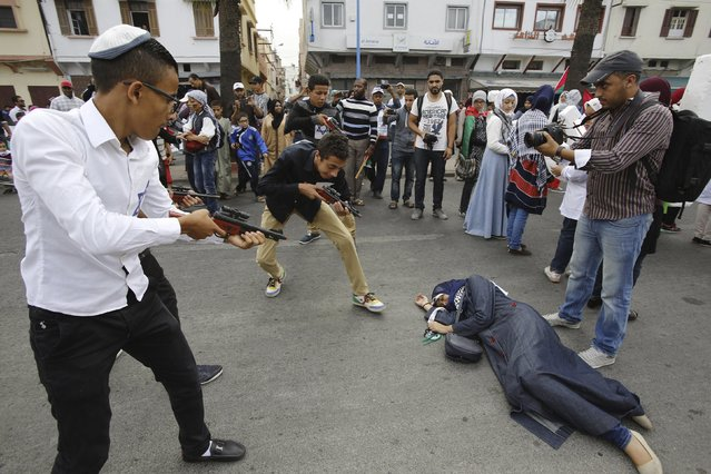 Pro-Palestinian protesters lie on the ground as they take part in a demonstration organized by Al Adl wal Ihsane, a Moroccan Islamist association, in solidarity with the Palestinian people, in Casablanca, Morocco October 25, 2015. (Photo by Youssef Boudlal/Reuters)
