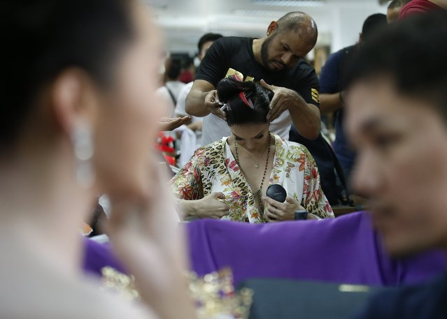 Contestant Anahi Cristobal Altuzar of Mexico (C) prepares backstage during the annual transgender beauty contest of Miss International Queen 2018 at Pattaya city, in Chonburi province, Thailand, 09 March 2018. (Photo by Narong Sangnak/EPA/EFE)