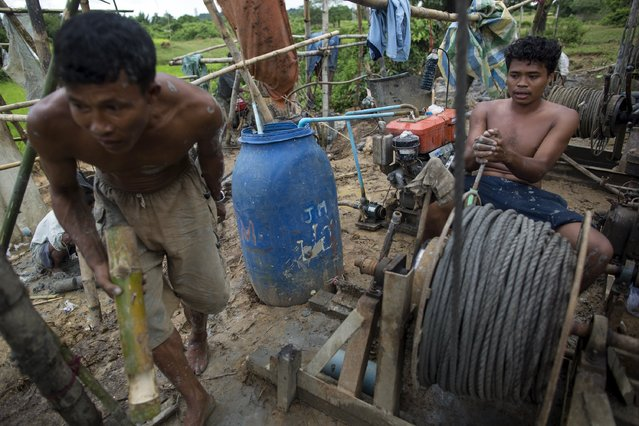 Men work to extract crude oil by hand at Yaynan Taung (Oil Mountain) in Kyaukpyu township, Rakhine state, Myanmar October 6, 2015. (Photo by Soe Zeya Tun/Reuters)
