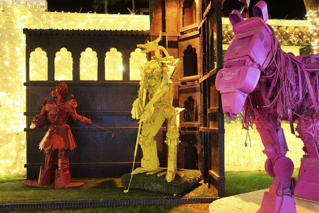 Robot creatures golf near a horse at the Robolights art installation by Kenny Irwin Jr. in Palm Springs, California December 15, 2014. (Photo by David McNew/Reuters)