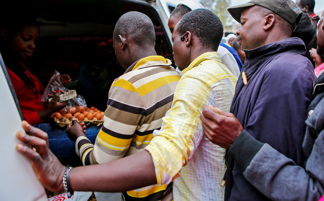 Residents queue to buy eggs ahead of the election in Kibera slums of Nairobi, Kenya, August 7, 2017. On Sunday, markets and shops in Kisumu were packed with customers stocking up on last-minute essentials. In Nairobi, some shop keepers closed early, pulling down steel shutters or moving stock away from window displays. (Photo by Brian Inganga/Reuters)