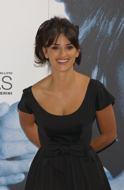 """Actress Penelope Cruz poses at a photocall to promote her new movie """"No Te Muevas"""" at the Hotel Santo Mauro on September 15, 2004 in Madrid, Spain. (Photo by Carlos Alvarez/Getty Images)"""