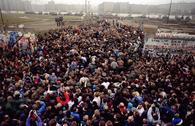 East Berliners cross and meet West Berliners at Potsdamer Platz after the Berlin Wall was torn down here making way for a new border crossing, November 12, 1989. (Photo by Reuters)