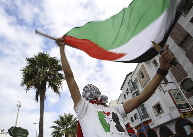Pro-Palestinian protester holds Palestinian flag and dummy knife during a demonstration organized by Al Adl wal Ihsane, a Moroccan Islamist association, in solidarity with the Palestinian people, in Casablanca, Morocco October 25, 2015. (Photo by Youssef Boudlal/Reuters)