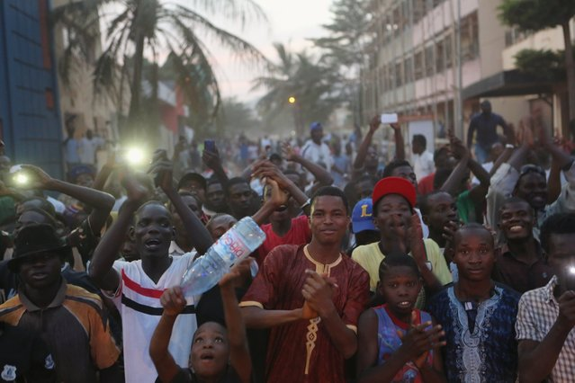 People cheer Malian soldiers in front of the Radisson hotel in Bamako, Mali, November 20, 2015. (Photo by Joe Penney/Reuters)