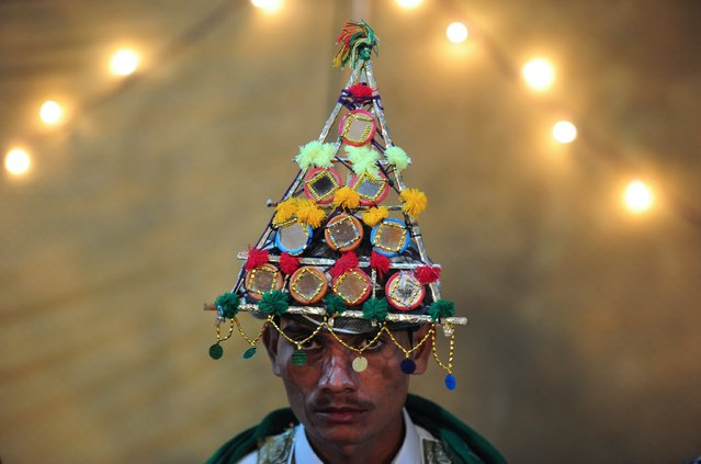 A Pakistani Hindu groom wears a traditional cap at a mass-wedding ceremony in Karachi on January 2, 2015. Some 50 Hindu couples participated in the mass-marriage ceremony organised by the Pakistan Hindu Council. (Photo by Asif Hassan/AFP Photo)