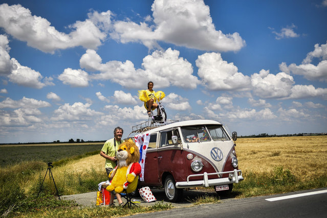 Spectators wait along the road to watch riders during the first stage of the 105th edition of the Tour de France cycling race between Noirmoutier-en-l'ile and Fontenay-le Comte, western France, on July 7, 2018. (Photo by Marco Bertorello/AFP Photo)