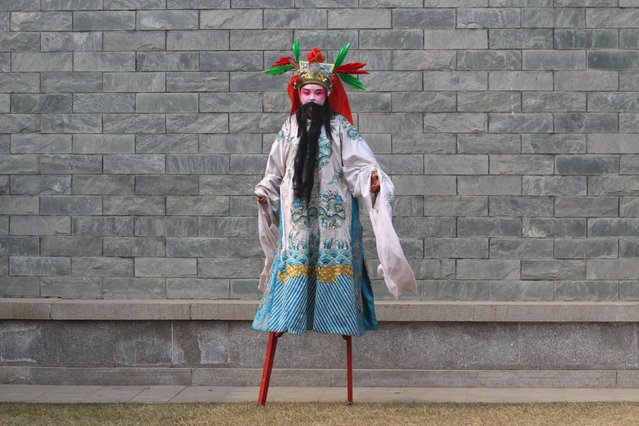 A performer wearing costumes walk on stilts before a show during a lantern fair at the beginning of Chinese Lunar New Year, in Xi'an, Shaanxi province, February 11, 2016. (Photo by Reuters/Stringer)
